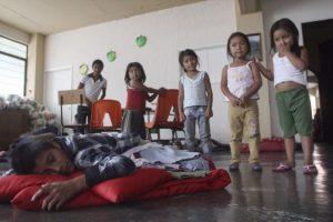 """OAXACA, OAXACA, 16JUNIO2014.- Cerca de 200 indígenas mixes desplazados por la violencia que se vive en el municipio de San Juan Cotzocón en la Sierra Norte de Oaxaca habitan actualmente en el albergue de la iglesia de Felicitas y Perpetuas. En ese lugar un guardia de la Policía Auxiliar Bancaria, Industrial y Comercial (PABIC) vigila el lugar, este indicó que por órdenes del secretario de Seguridad Pública, Alberto Esteva Salinas ordenó que al inmueble no ingresarán los representantes de los medios de comunicación, sin embargo los pobladores que ahí se refugian abrieron la puerta y aseguraron """"ya estuvimos secuestrados en Cotzocón y no pensamos en estar secuestrados aquí"""".  FOTO: ARTURO PÉREZ ALFONSO /CUARTOSCURO.COM"""