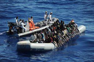 migrantes-agreden-muertos-costa-libia